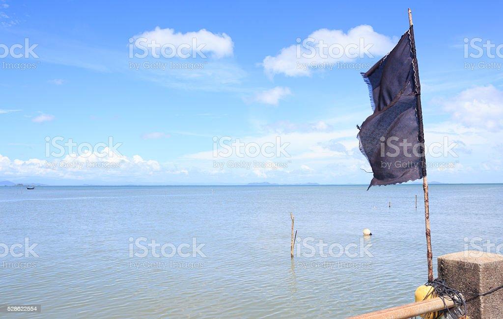 Черный флаг с голубым небом Стоковые фото Стоковая фотография