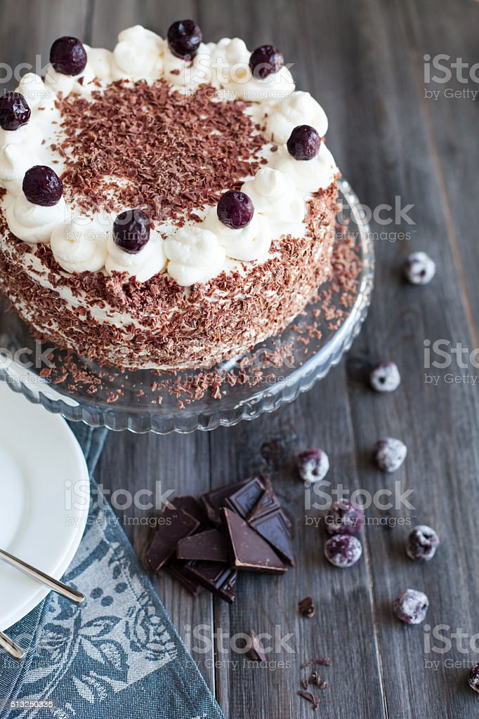 Kuchen mit kirschen und schlagsahne