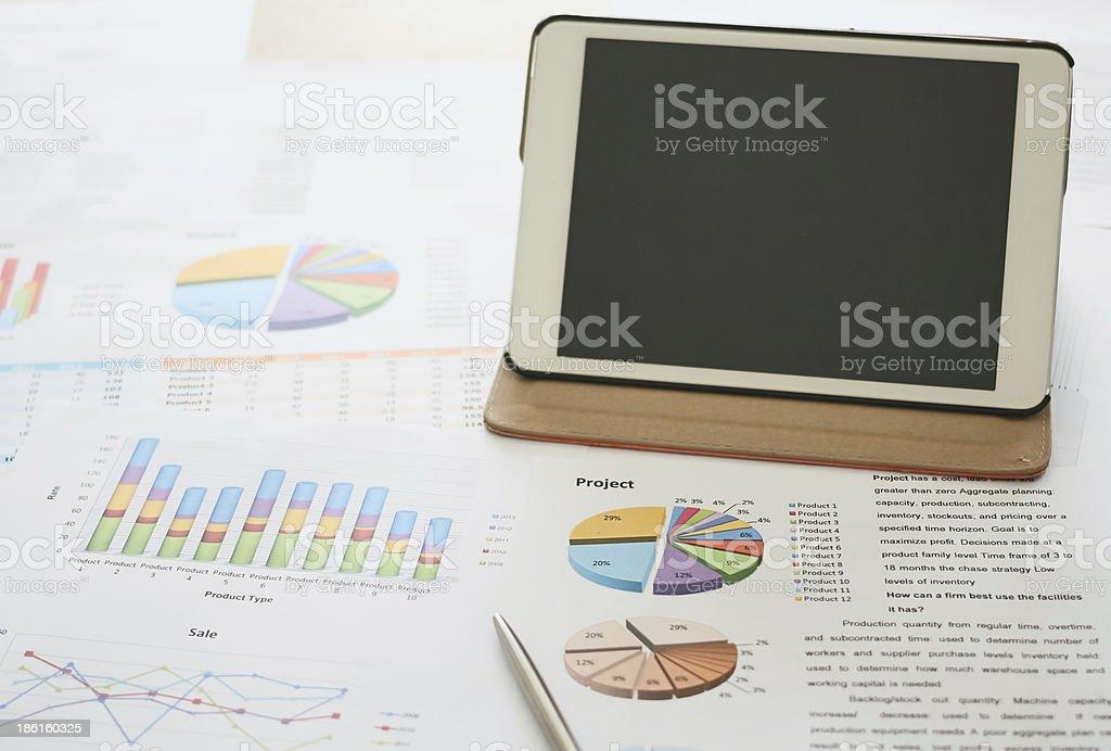 Черный экран таблетки с Финансовое планирование и анализ Стоковые фото Стоковая фотография