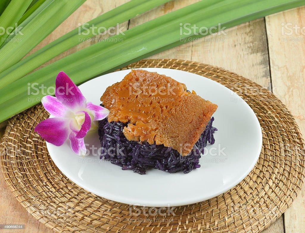 Czarny Lepki Ryż z sosem custard na drewnianym tle parowane zbiór zdjęć royalty-free
