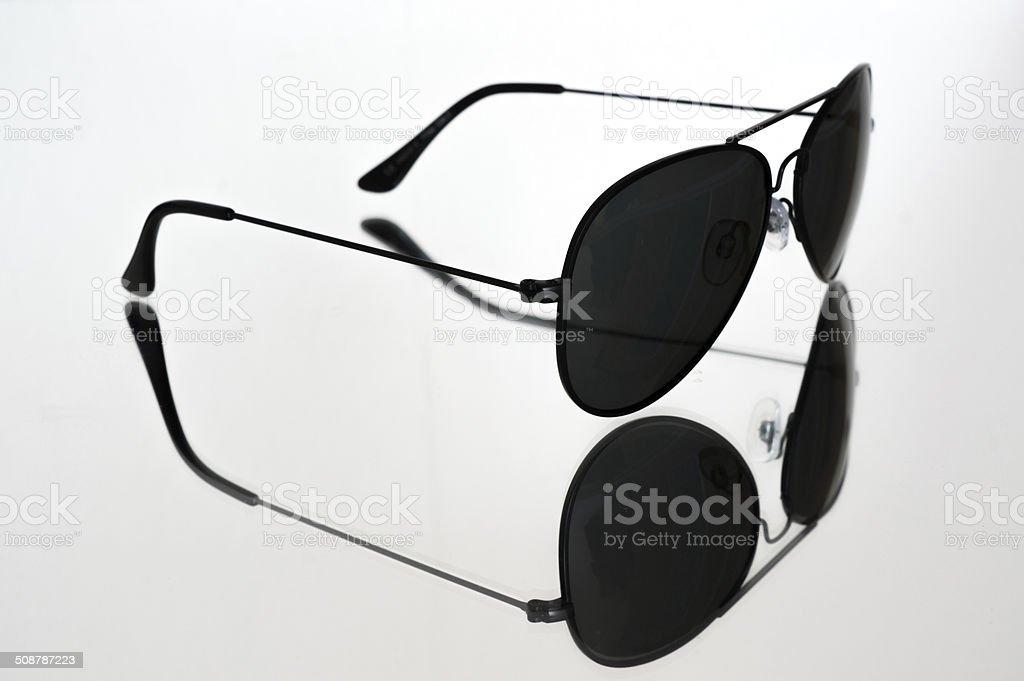 Nero occhiali da sole in stile pilota reflex su base specchio. foto stock royalty-free