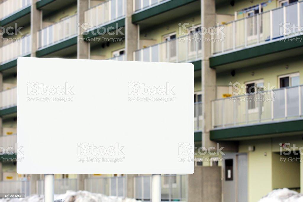 Leere Plakat in der front of house Lizenzfreies stock-foto