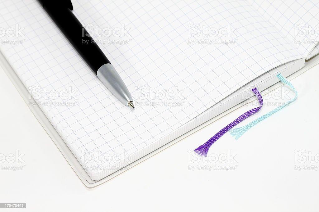 Puste notebook z piórem, na białym tle. zbiór zdjęć royalty-free