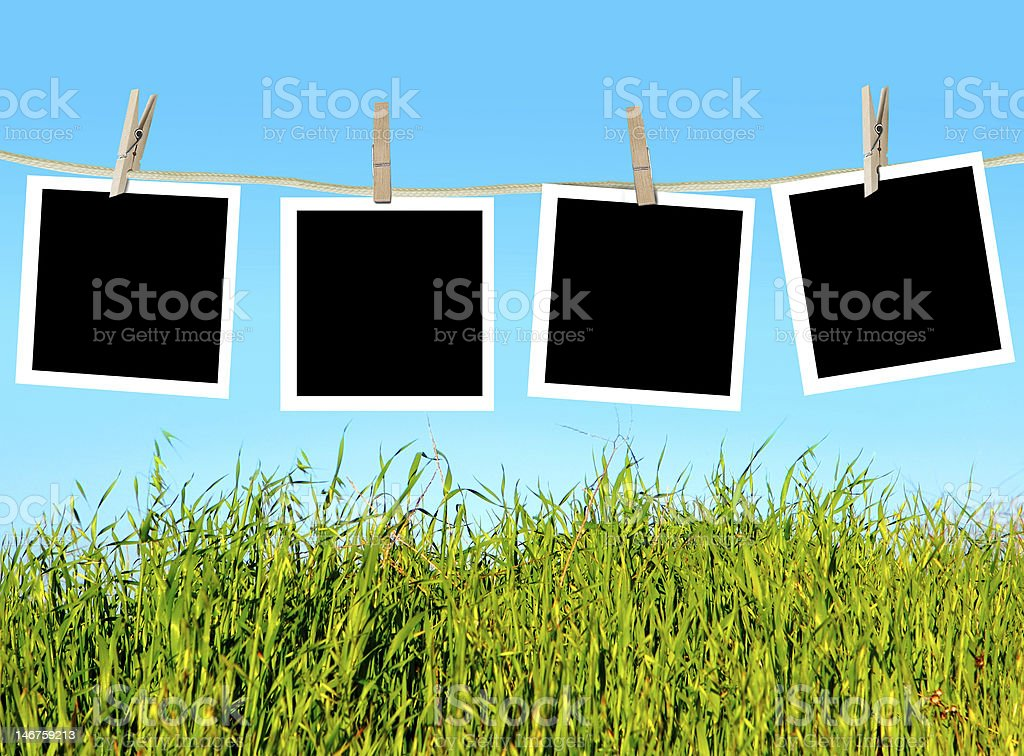 Fotografías en blanco sobre la cuerda de tender la ropa foto de stock libre de derechos