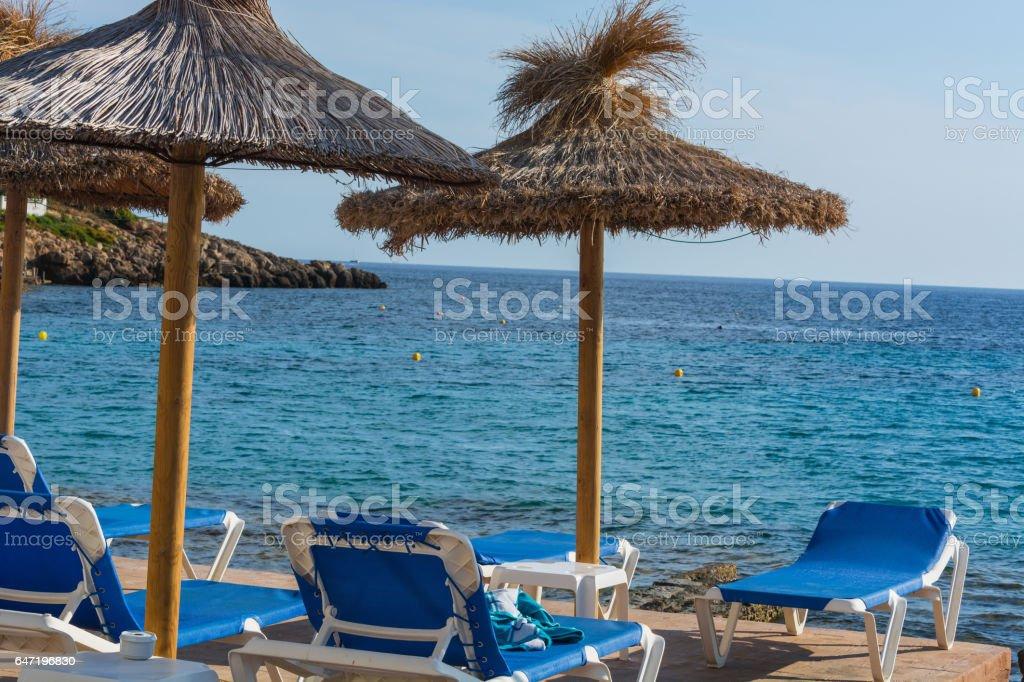 Blaues Meer, Strand mit Sonnenschirm auf Mallorca. stock photo