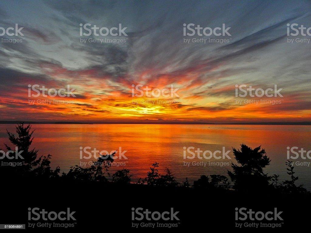 Пламенный восход солнца над Пьюджет-Саунд Стоковые фото Стоковая фотография