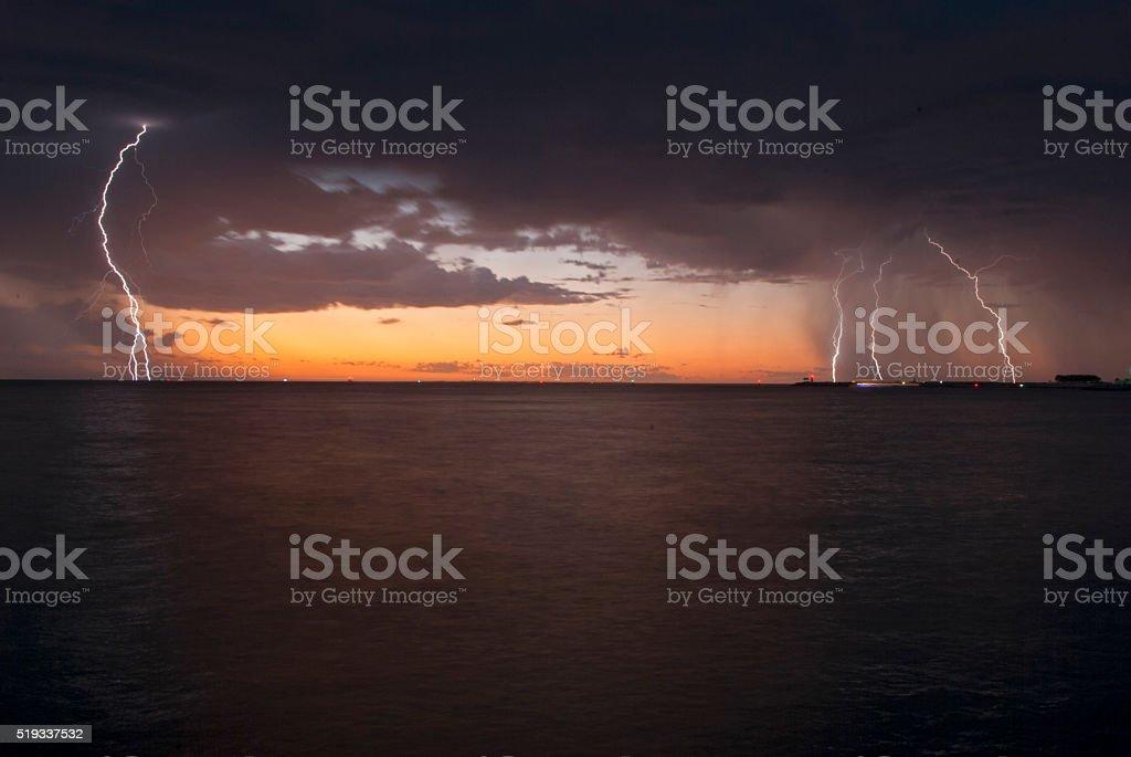 Blitze über dem Meer stock photo