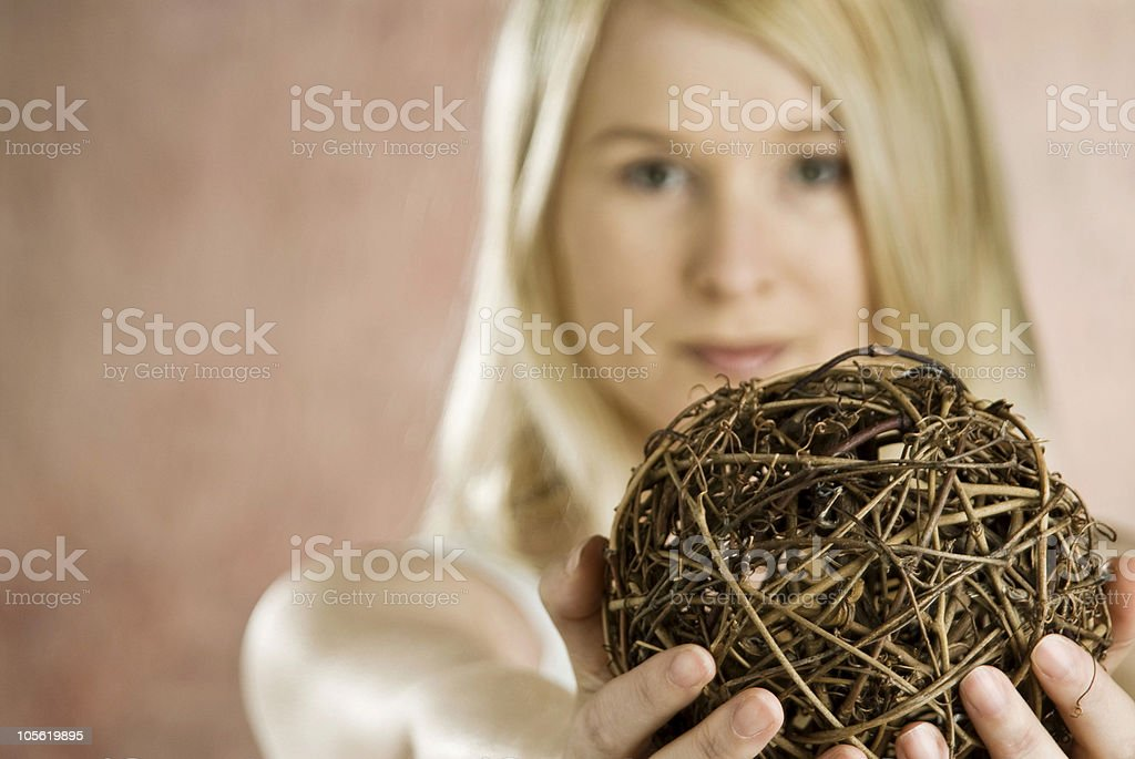 Rubia ramita de retención de bola foto de stock libre de derechos