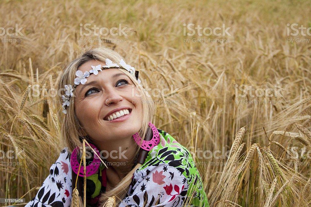 너무해 여자아이 루킹 바라요 및 미소 royalty-free 스톡 사진