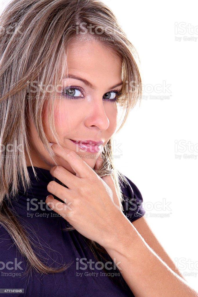 Rubia mirando a usted, joven hermosa mujer - foto de stock