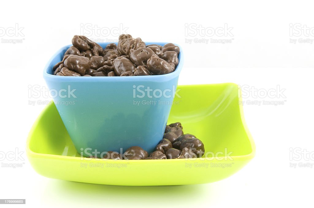 Corbeille bleue avec du chocolat raisins secs photo libre de droits