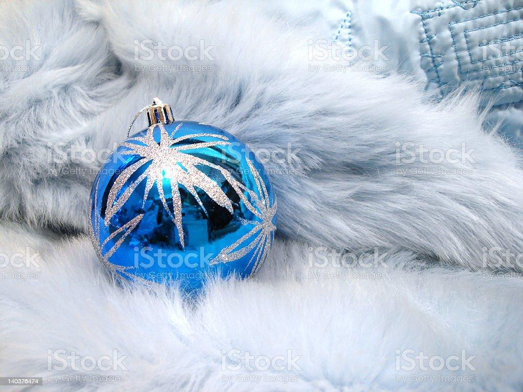 Bola de Natal azul em uma Pele de animal foto de stock royalty-free
