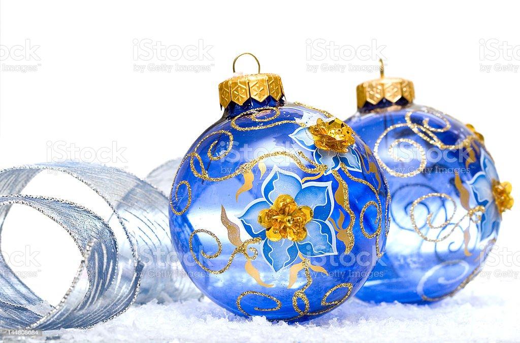 Azul com bolas de natal em fundo de Neve foto de stock royalty-free