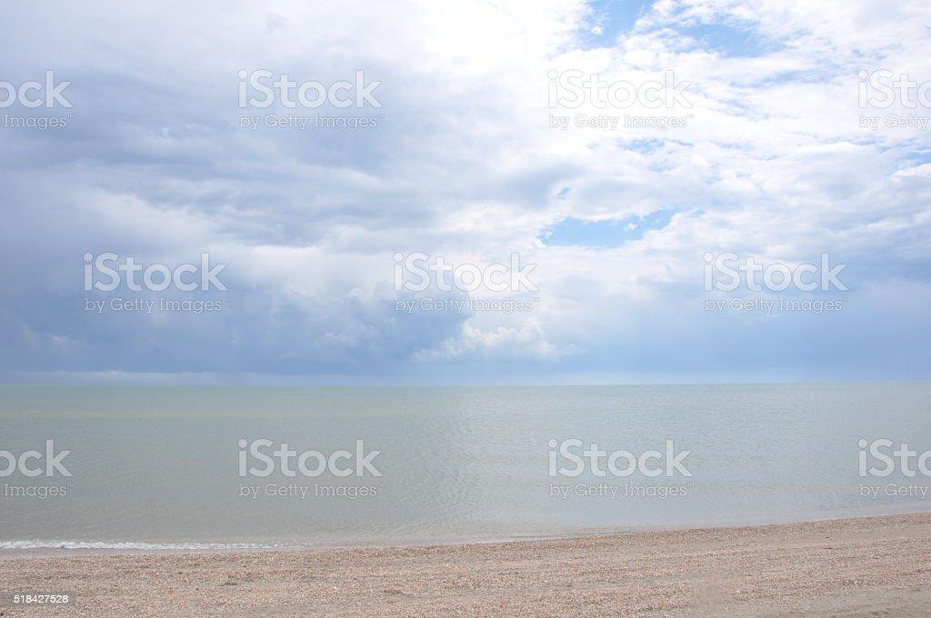 El cielo azul y nubes sobre el mar foto de stock libre de derechos