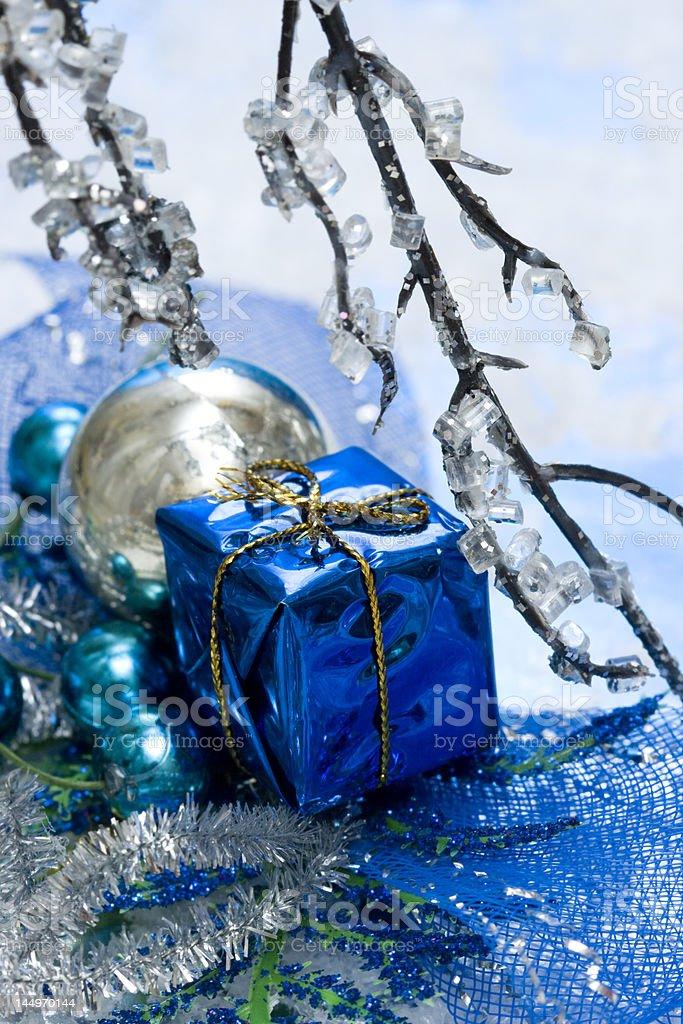 Caixa de presente azul com Neve foto de stock royalty-free