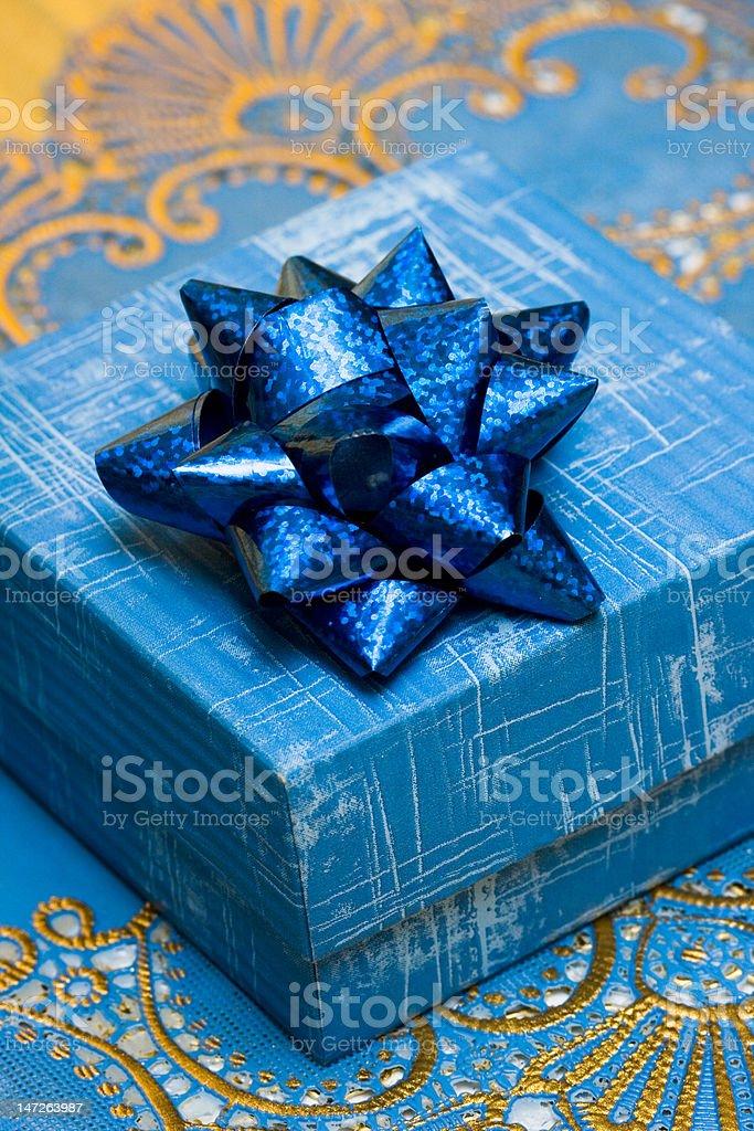 Caixa de presente azul com arco sobre fundo bonito foto de stock royalty-free