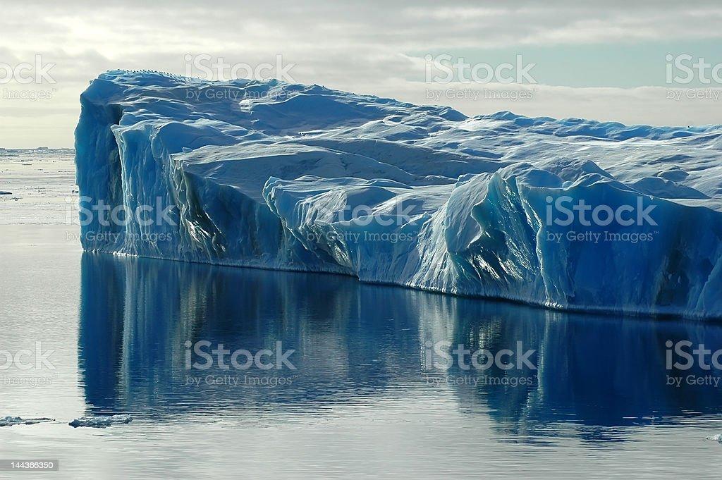 氷山のある水反射青 ロイヤリティフリーストックフォト