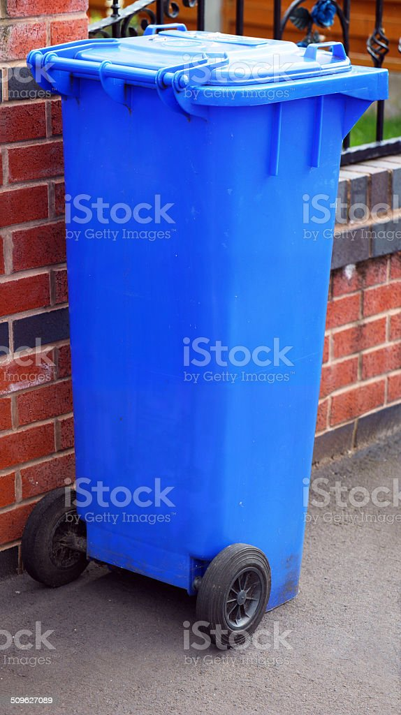 Blu Bidone per il riciclaggio foto stock royalty-free