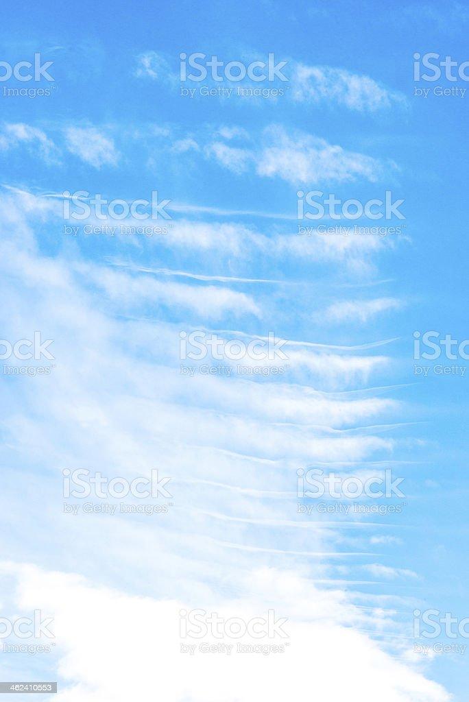 Céu azul e nuvens de onda foto royalty-free