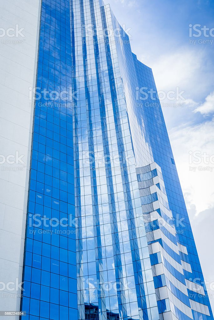 Blue sky and white clouds reflection on high building photo libre de droits