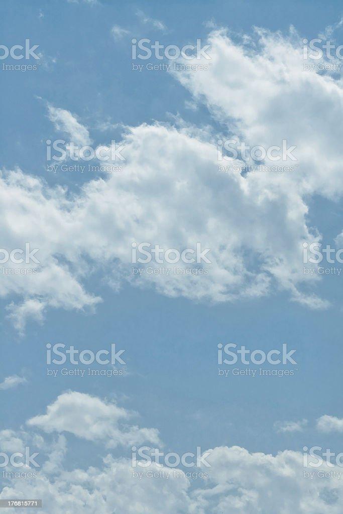 Cielo azul con nubes foto de stock libre de derechos