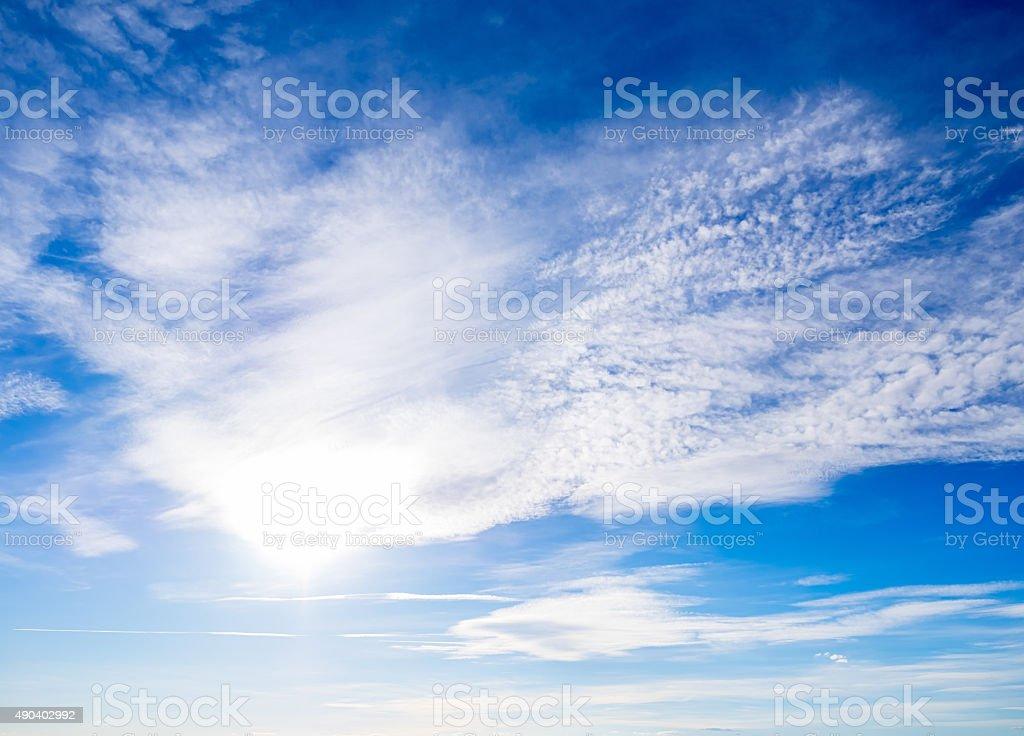 Céu azul com nuvens foto royalty-free