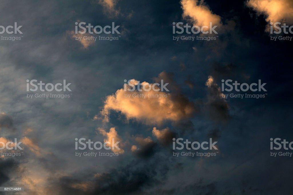 Blauer Himmel mit bunten Wolken Lizenzfreies stock-foto