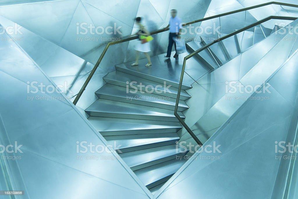 Azul escaleras, con la gente en movimiento - foto de stock