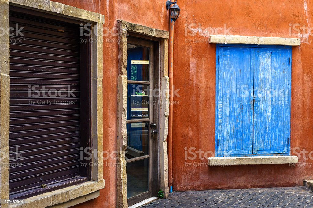 Blue window, red wall and glass door photo libre de droits