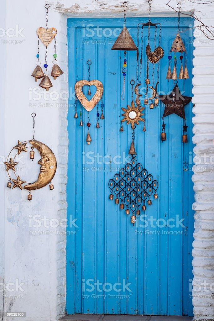 Porta de madeira azul arquitetura mediterrânea foto royalty-free