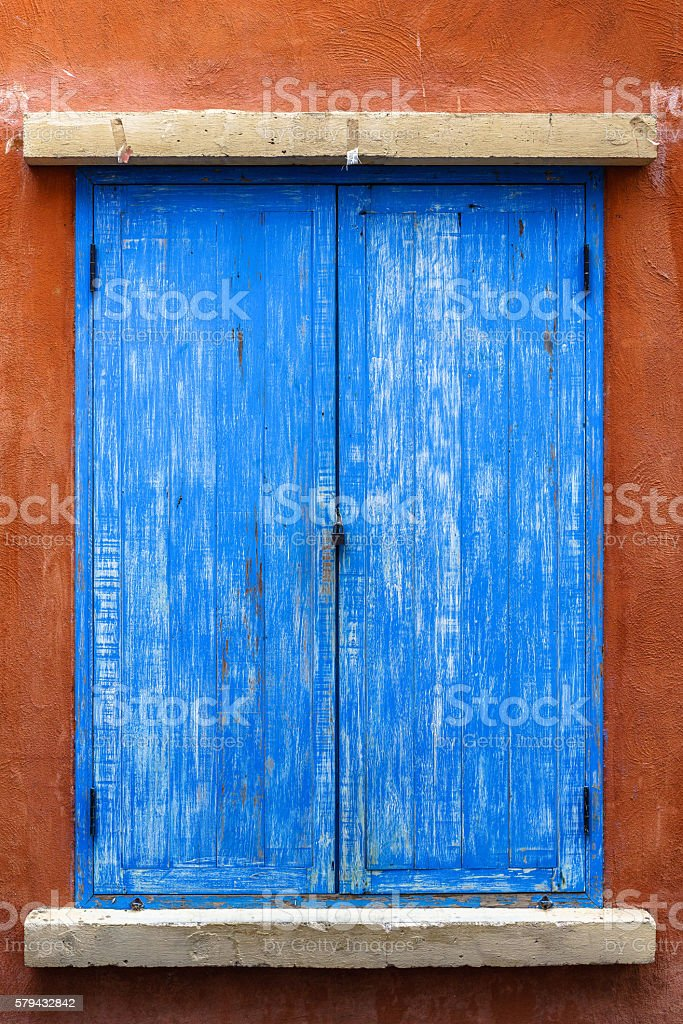 Blue wooden window on red wall photo libre de droits