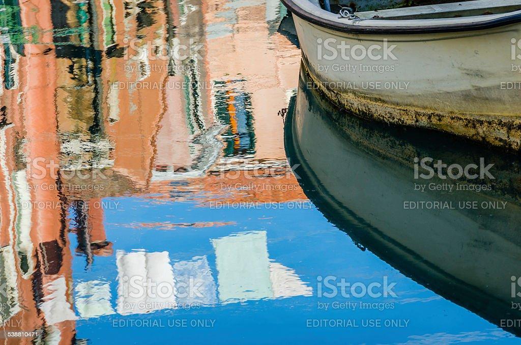 Barca e riflessione edificio a Venezia foto stock royalty-free