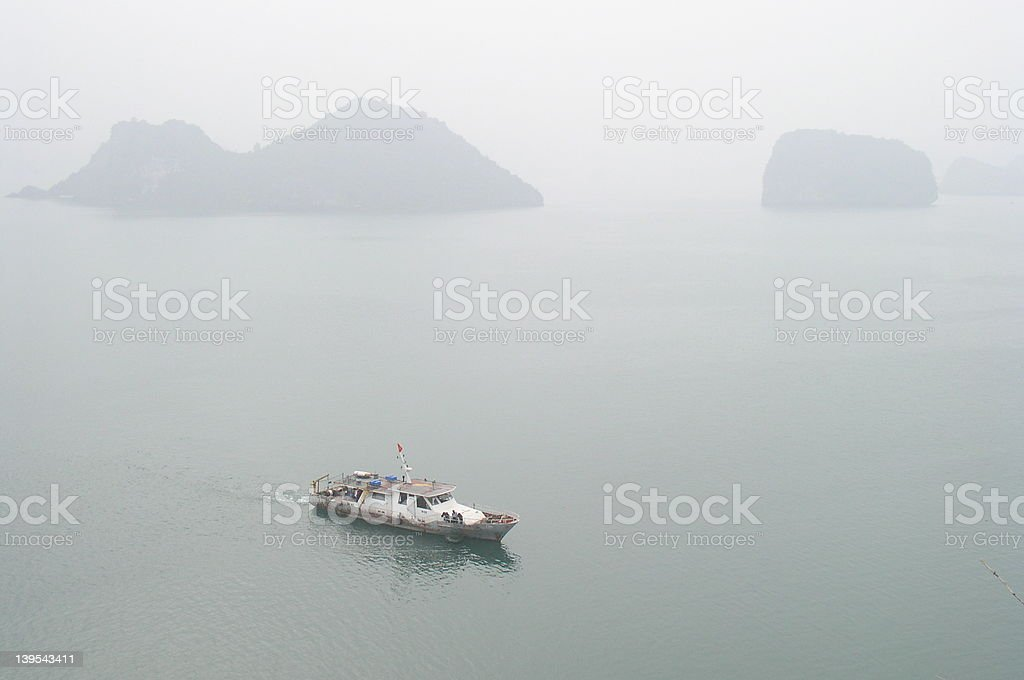 Łódka w mglisty Morze zbiór zdjęć royalty-free