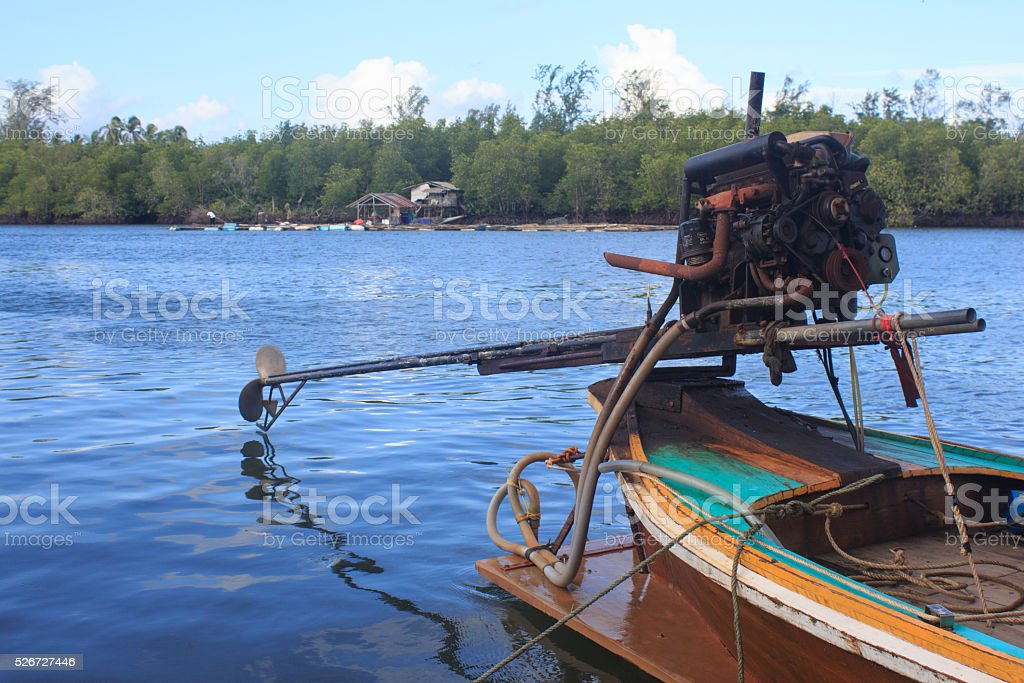 Лодка двигательной системы у моря в рыбацкий поселок Стоковые фото Стоковая фотография