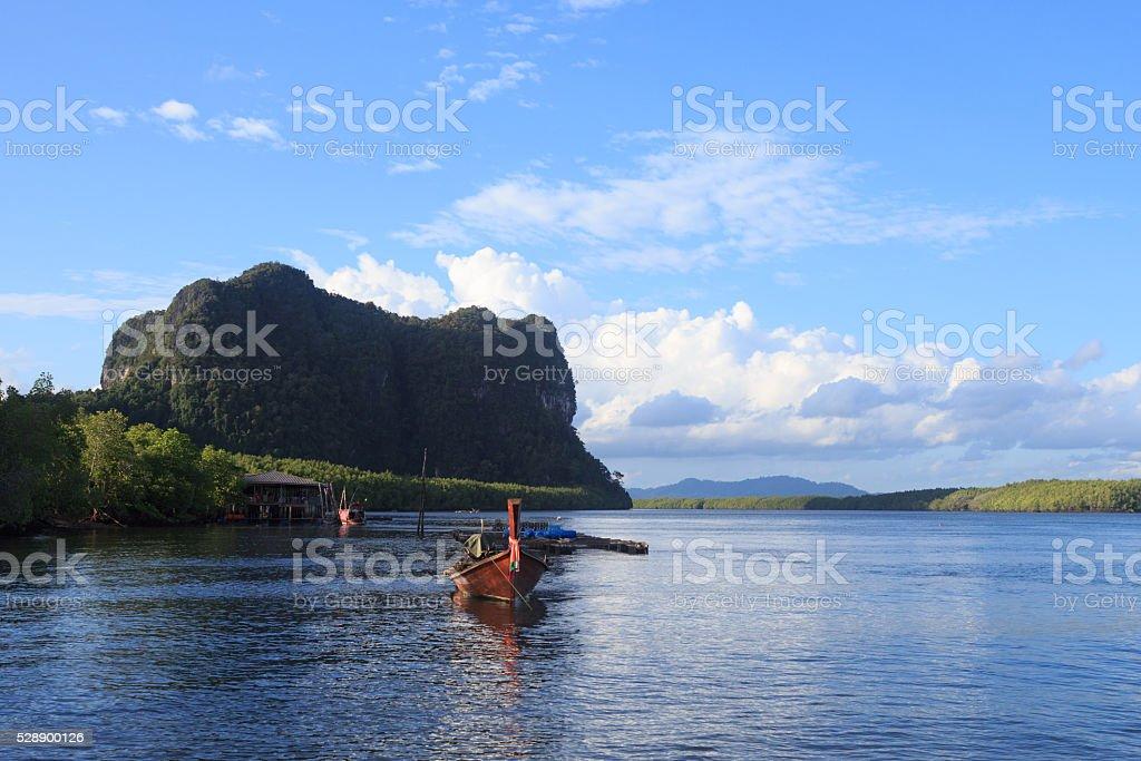Лодка в море, солнечный свет отражать, природа пейзаж в Trang Таиланд Стоковые фото Стоковая фотография