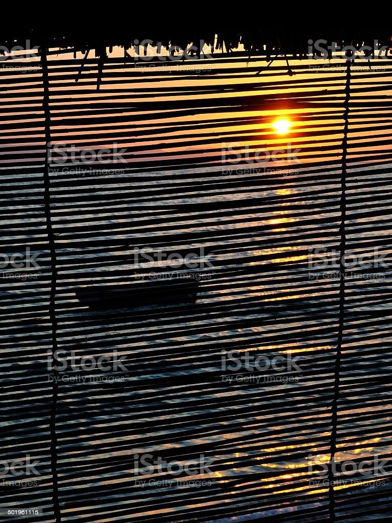Łódka na morze o zachodzie słońca zbiór zdjęć royalty-free