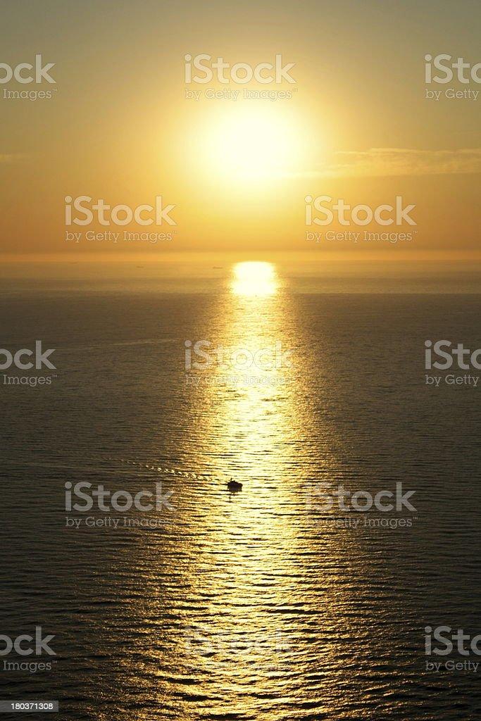 Barco dirigindo através the rising sun foto de stock royalty-free