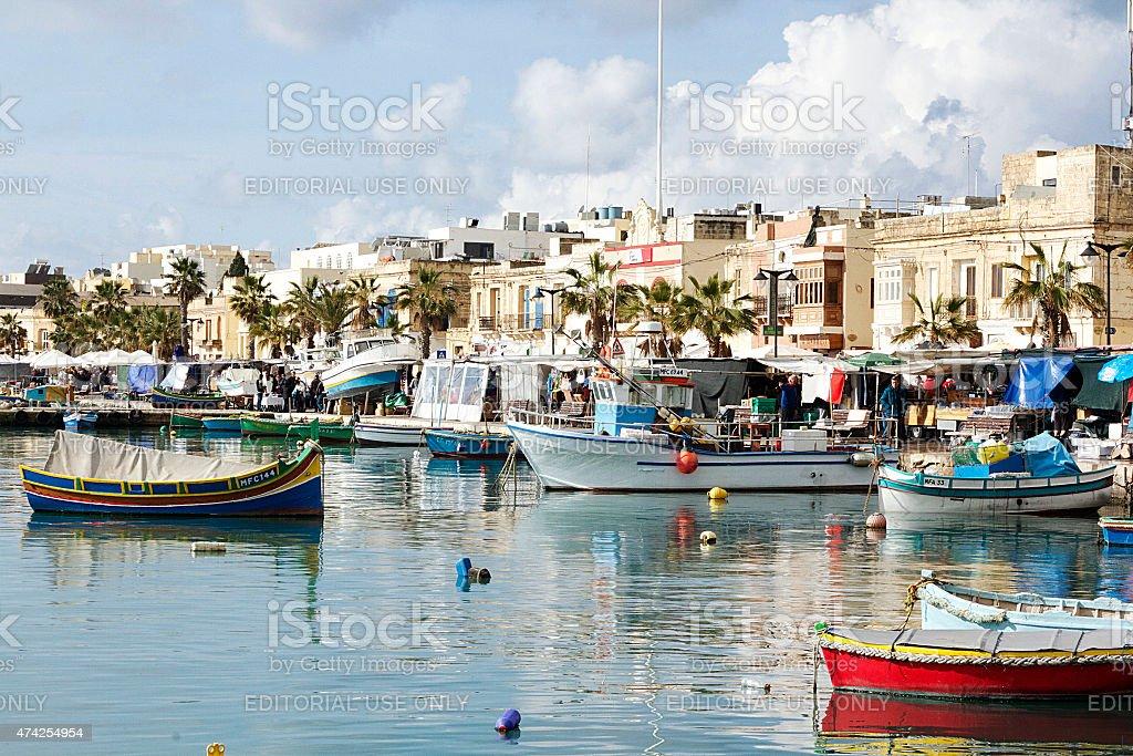 Barche e edifici di Marsaxlokk, Malta foto stock royalty-free