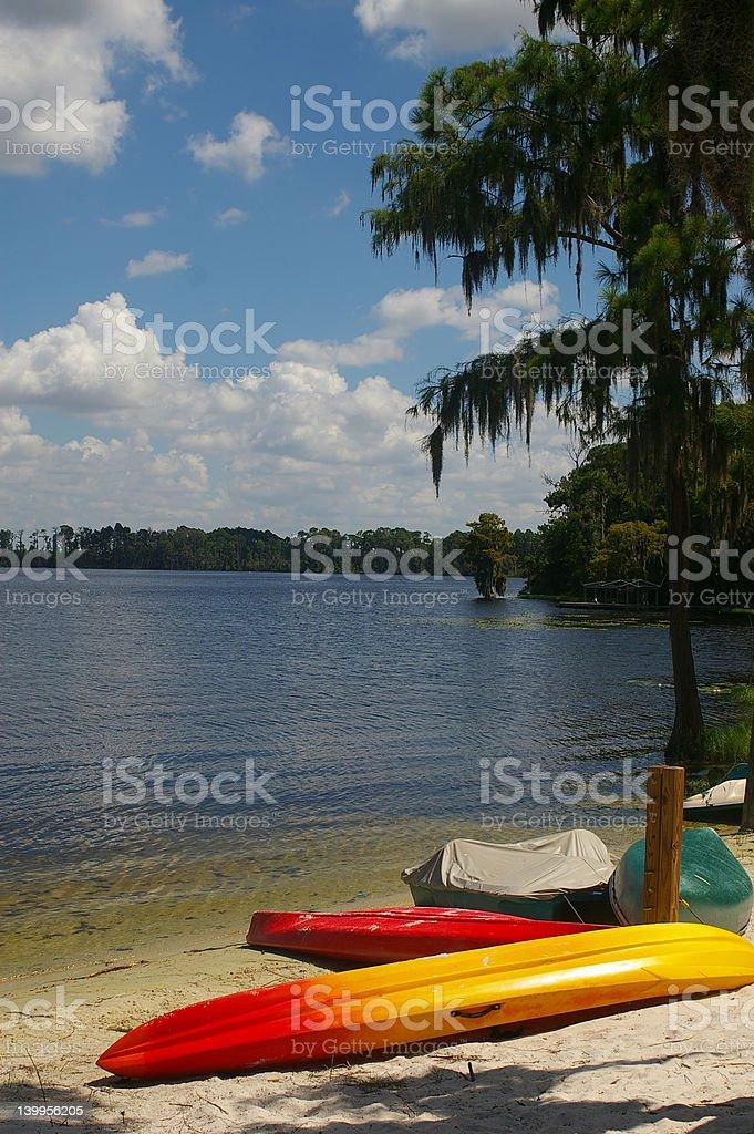 Embarcaciones en una playa tropical foto de stock libre de derechos