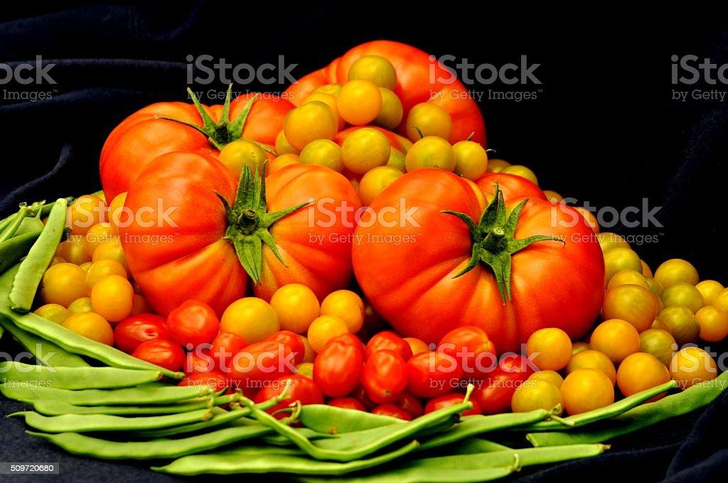 Bodegón elegante de tomates y judías verdes stock photo