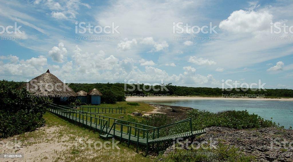 Bohío a la orilla de la costa stock photo