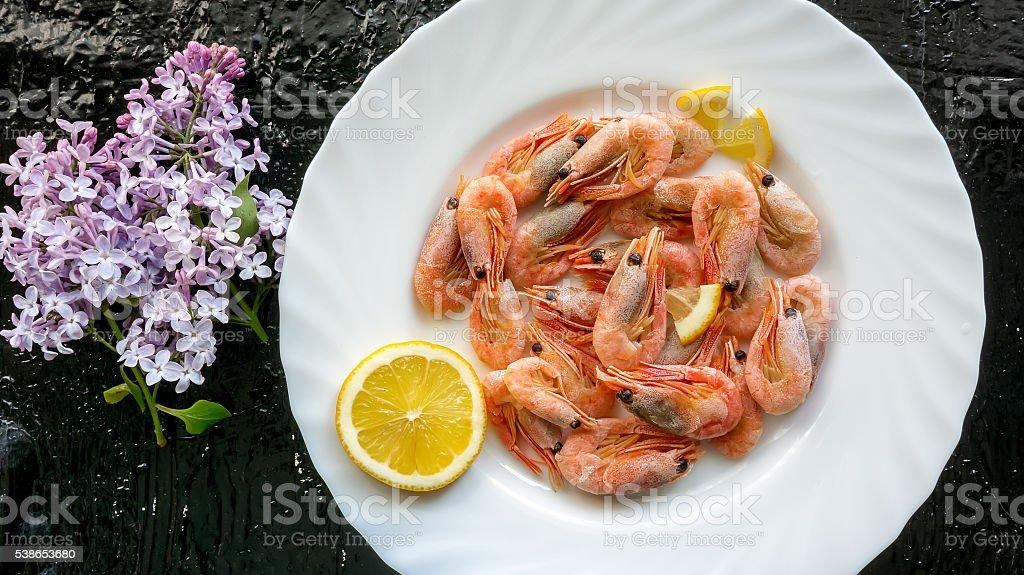 Boiled shrimps and piece lemon foto de stock royalty-free