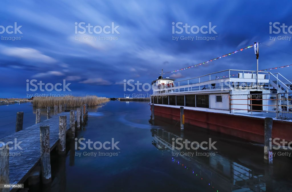 Boot an der Mole am See im Winter stock photo