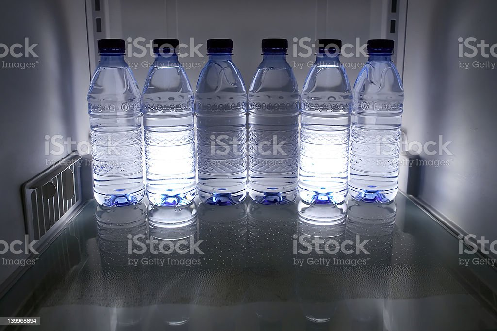 fridged bouteilles d'eau photo libre de droits