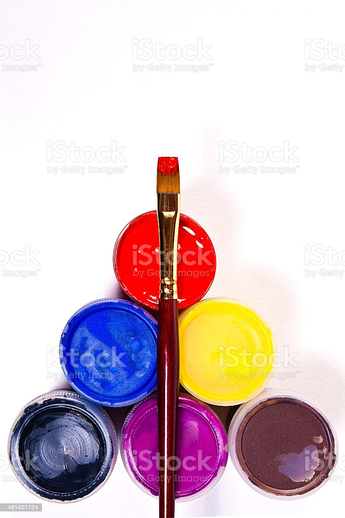 gouache los frascos con pinturas cepillo para obras de arte y pinturas. foto de stock libre de derechos