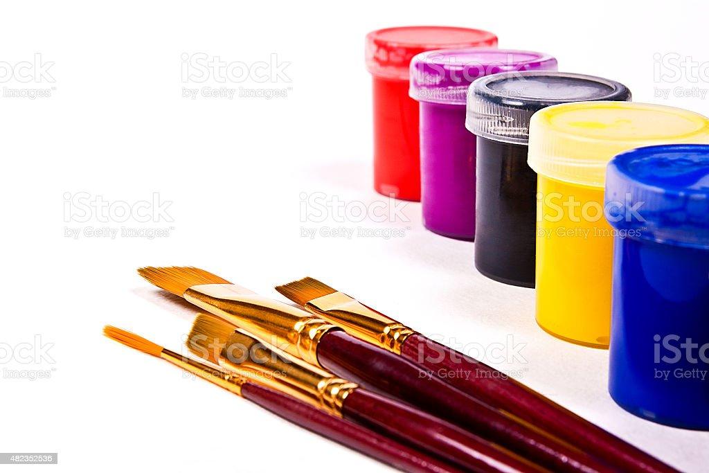 gouache frascos con pinturas y pinceles para obras de arte pinturas. foto de stock libre de derechos