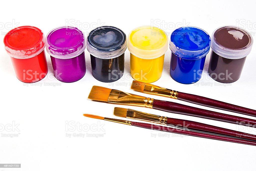 gouache frascos con pinturas y los diferentes tipos de pinceles foto de stock libre de derechos