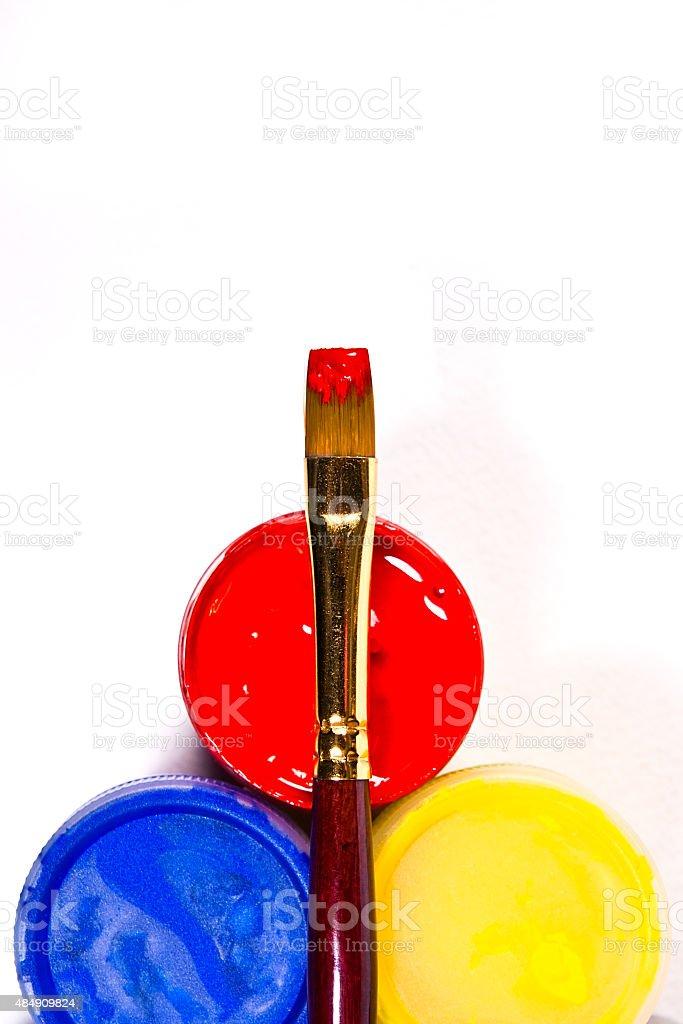 gouache frascos con pinturas y los diferentes tipos de pinceles. foto de stock libre de derechos