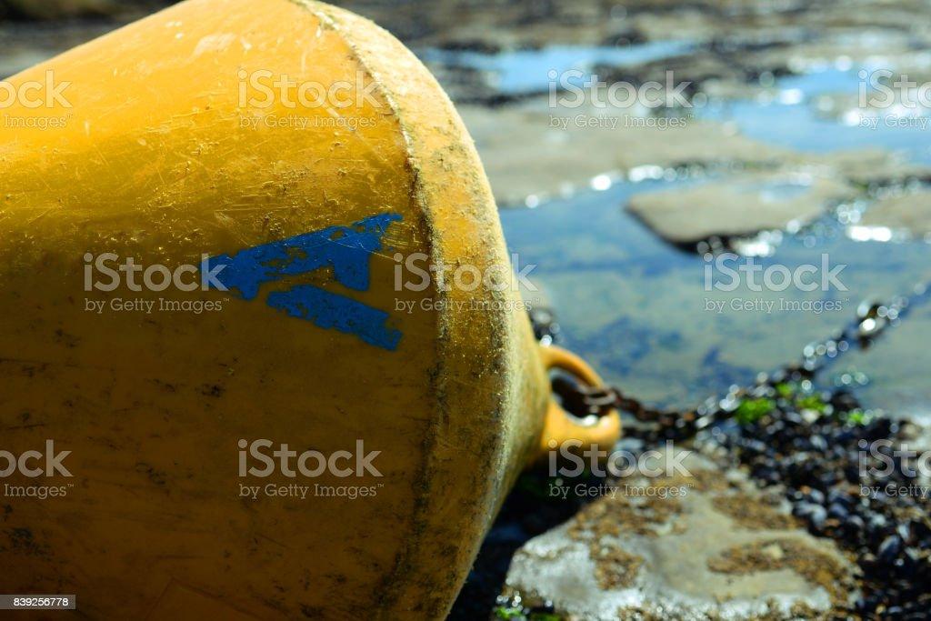 Bouée jaune sur la plage de Fort Mahon stock photo