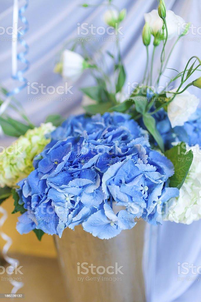 Bouquet von weißen und blauen Blumen in vase aus Metall Lizenzfreies stock-foto